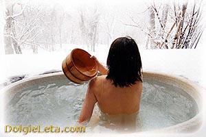 закаливание: женщина в ледяной воде