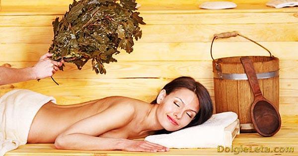 закаливание в бане и сауне: женщину парят веником