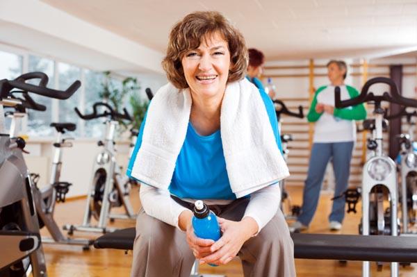 Женщина в спортзале отдыхает после спортивных упражнений и тренировок.