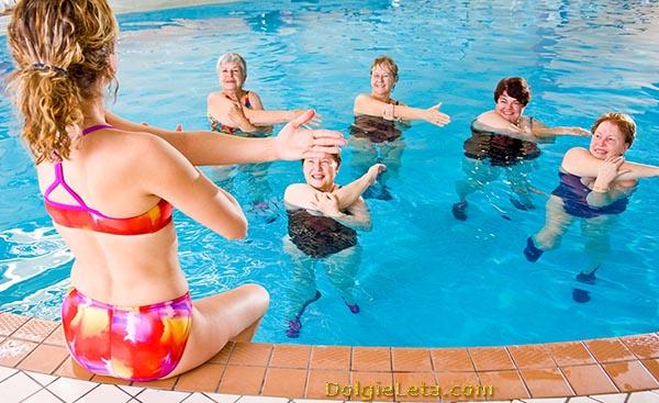 Водная аэробика, упражнения в бассейне в группе.