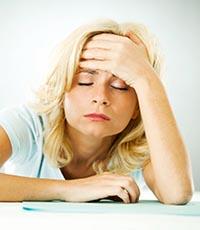 У девушки проявляются признаки и симптомы синдрома хронической усталости.