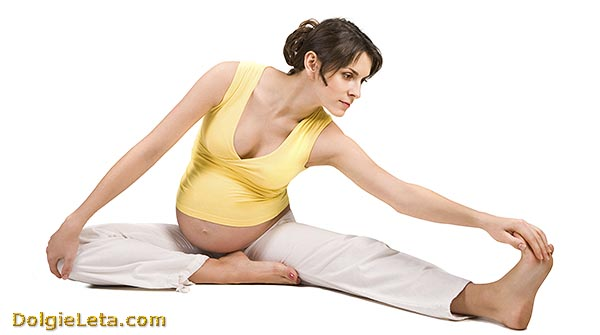 Девушка занимается упражнениями по гимнастике.