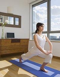 Польза стретчинга для похудения -девушка выполняет  упражнения в домашних условиях.