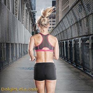 Спортивная девушка бежит по городской улице.