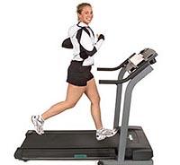 Девушка с настроением занимается на беговой дорожке с пользой для здоровья, а так же для похудения.