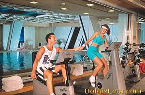 Мужчина и женщина занимаются в элитном московском фитнес клубе
