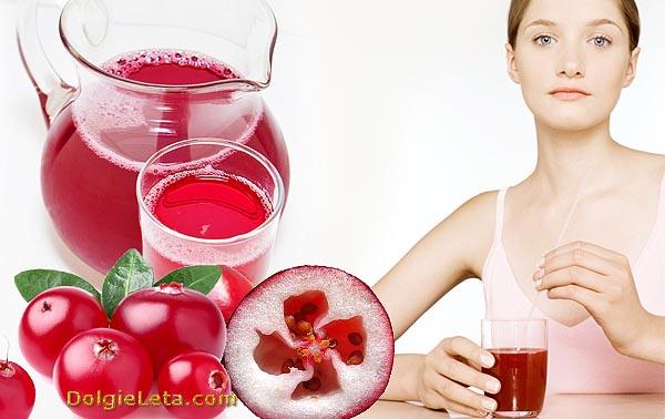 Женщина употребляет кислую ягоду и сок из клюквы для похудения.