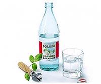 В бутылке и стакане минеральная вода Боржоми.