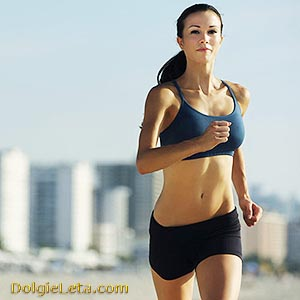 Женщина занимается бегом на улице.