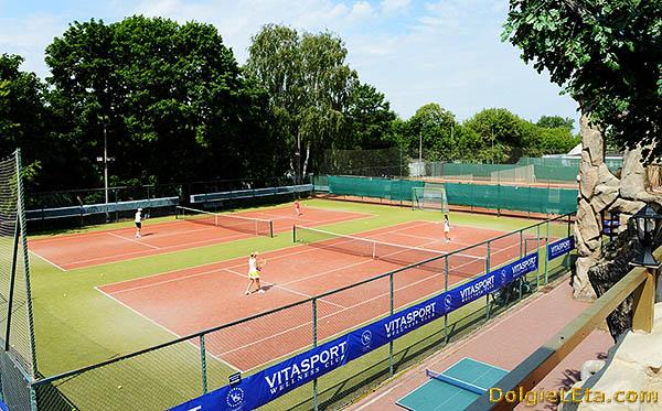 Открытые теннисные корты на воздухе.