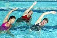 Групповые занятия и упражнения аквааэробикой в бассейне.