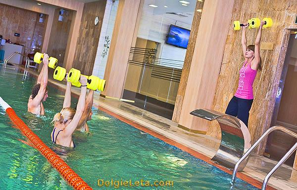 Занятия аквааэробикой в бассейне LaSalute с инструктором.