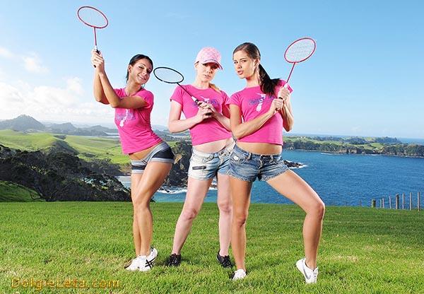 Фотография - три позирующие девушки на природе - играем в бадминтон.
