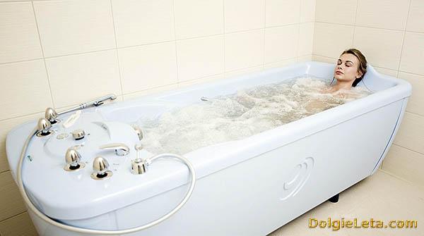 Девушка принимает минерально-жемчужную ванну.