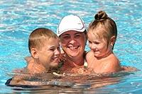 Польза плавания в бассейне - мама с сыном и дочкой.