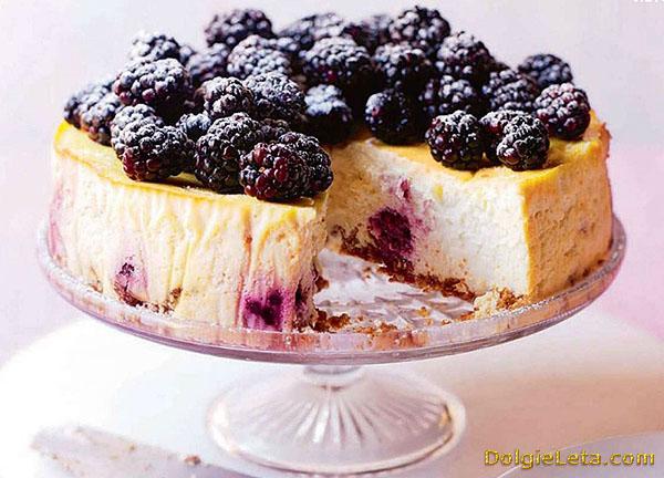 Рецепт приготовления пирога с ежевикой и творогом.