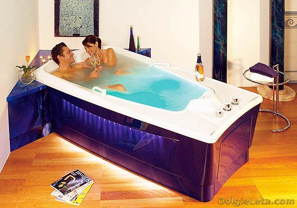 Влюбленная пара принимает совместно жемчужные ванны.