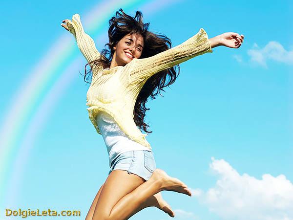 Счастливая и энергичная девушка наполнена жизненной энергией и силами.