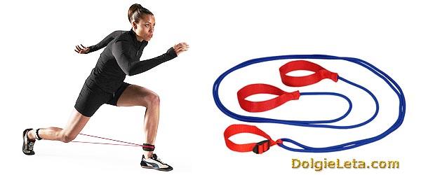 Женщина занимается с трубчатый эспандером эластичным - лыжные тренировки.