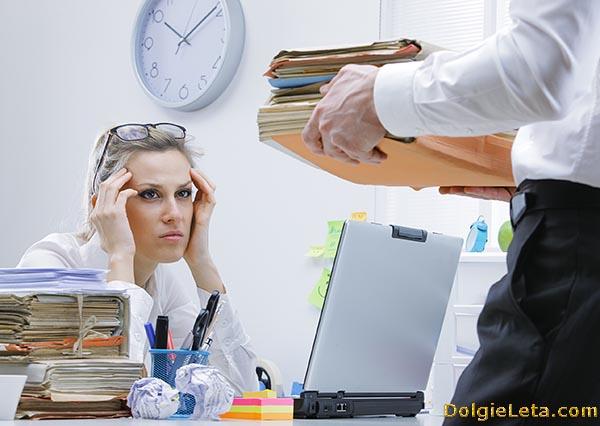 У девушки на работе возникло переутомление: признаки и симптомы.