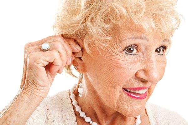 Как правильно выбрать и подобрать слуховой аппарат для пожилых людей.