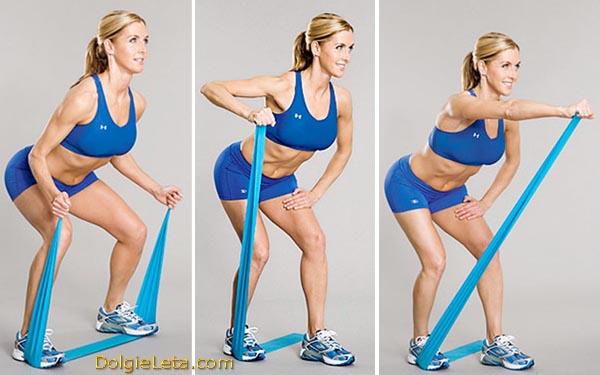 Женщина выполняет серию упражнений с резиновым эспандером, лента, жгут.