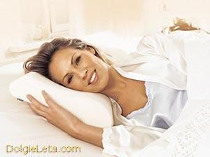 Женщина отдыхает на ортопедической подушке - как правильно выбрать.