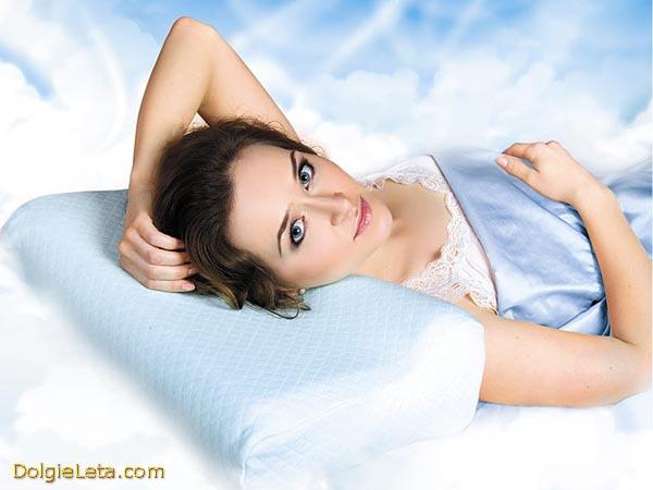 Девушка отдыхает на лечебной ортопедической подушке - правильный выбор для  хорошего сна.