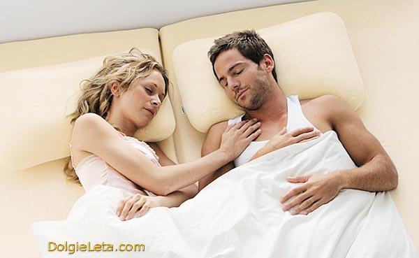 Семейная пара наслаждается хорошим сном на ортопедических подушках.