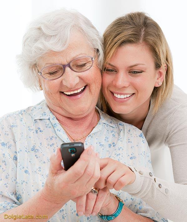 Внучка подарила бабушке сотовый телефон с большими кнопками.