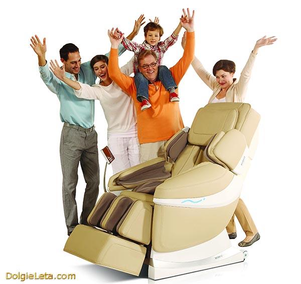 Счастливая семья радуется покупке массажного кресла для дома - отзывы и пожелания.