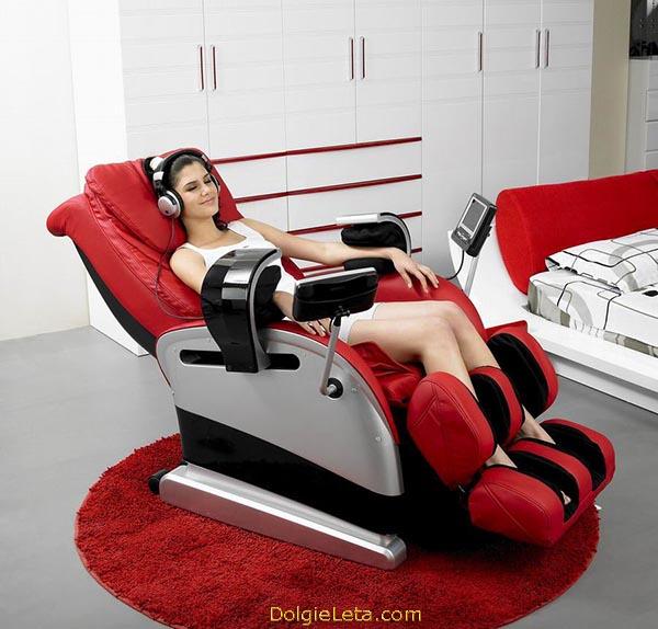 Фото большого красного массажного кресла в домашнем интерьере.