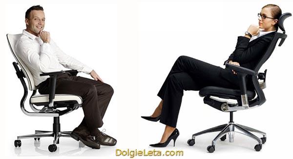 Мужчина и женщина сидят на офисных ортопедических компьютерных креслах.