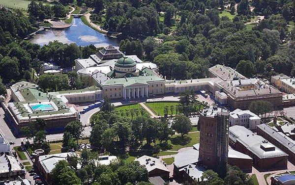 Фото вида сверху на Таврический Дворец и сад.