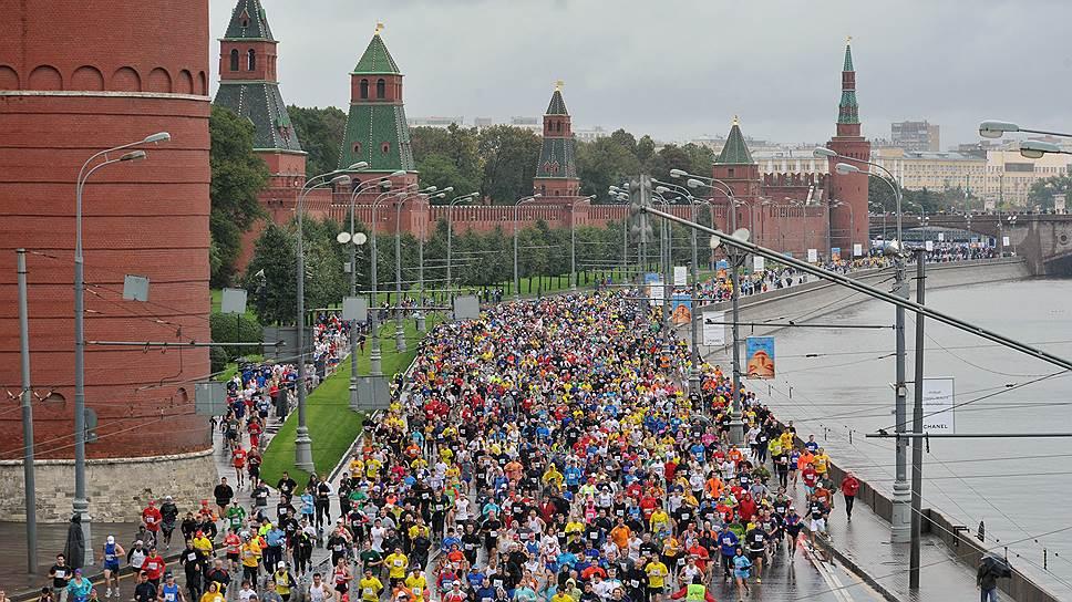 На фотографии марафонцы бегут вдоль набережной Москва реки