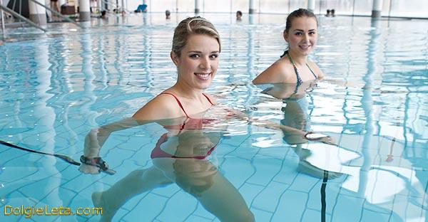 Aqua Nordic Walking - Девушки занимаются скандинавской ходьбой для похудения в бассейне.