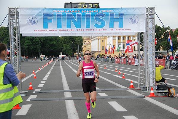 Спортсменка финиширует марафон на Дворцовой площади - фото