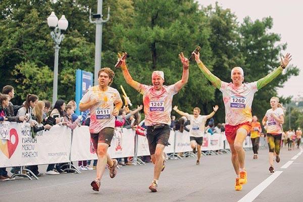 Финишируют забег счастливые участники Московского марафона