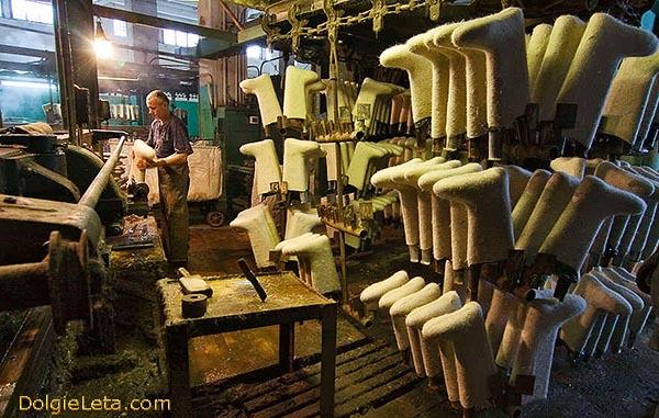 Фотография на производстве - как и из каких материалов изготавливают валенки.