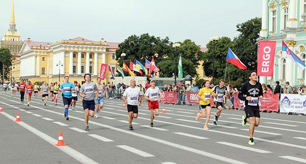 Участники марафона Белые ночи бегут по Дворцовой площади