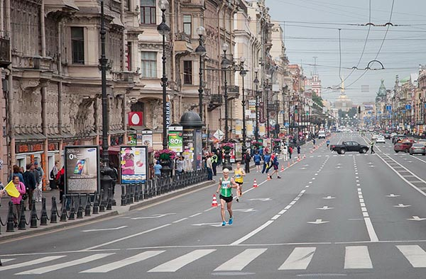 Фото участников марафона Белые ночи, бегущих по Невскому проспекту