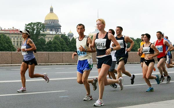 Марафонцы бегут вдоль набережной Невы в Санкт-Петербурге