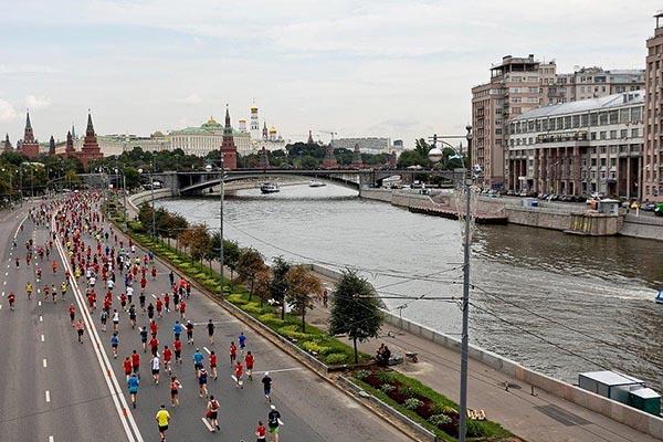 Участники московского марафона бегут по набережной Москва-реки