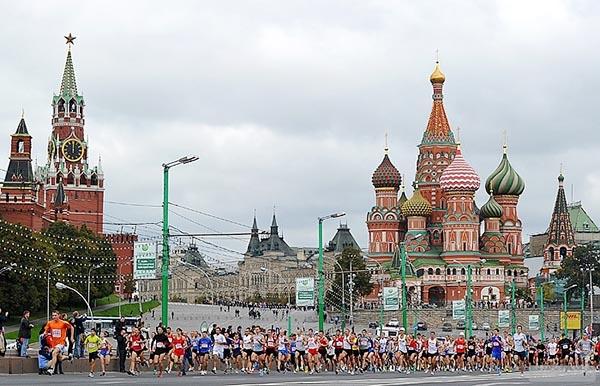 Участники Московского марафона бегут на фоне Красной площади