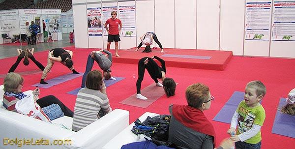 Лечебная гимнастика и йога на презентационном корте - выставка ЗОЖ 2015 в СПб - СКК