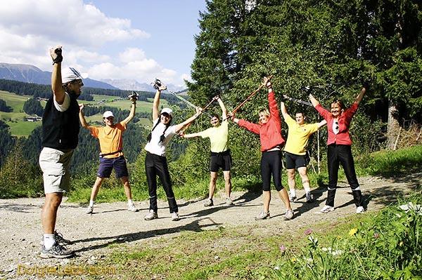 На фото групповая разминка и тренировка перед занятиями скандинавской ходьбой с палками.