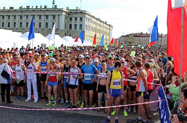 Старт участников марафона на Дворцовой площади - фото