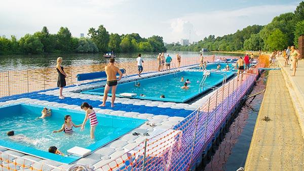 Фотография бассейна и пляжа на Москве-реке в парке Фили.