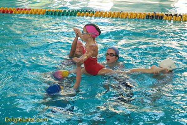Детские занятия по аквааэробике и художественной гимнастике в бассейне имени Лесгафта на Декабристов в Санкт-Петербурге.
