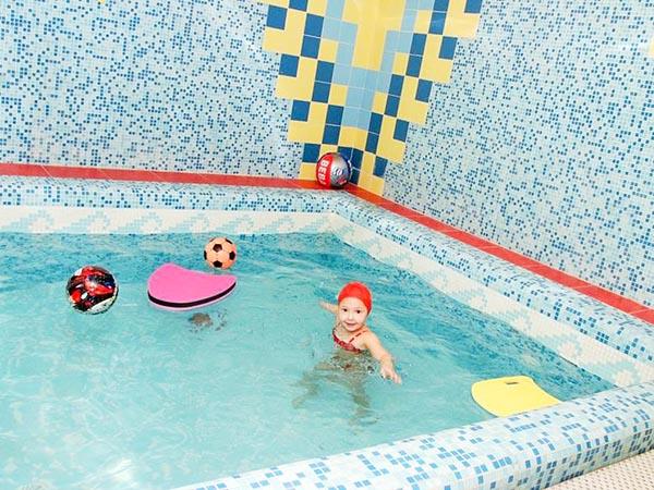 Детский бассейн в спортивном клубе Петроградец в Сантк-Петербурге.